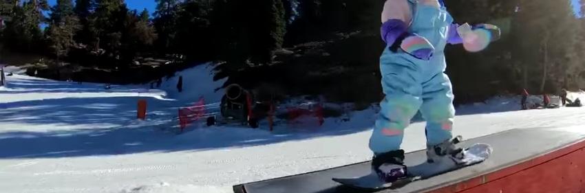 Snowboardeuse de 2 ans