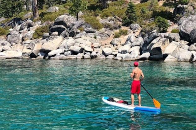 Homme sur un paddle gonflable