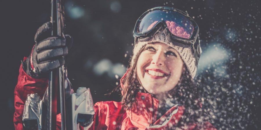 Femme avec des skis