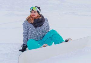 Femme faisant du snowboard